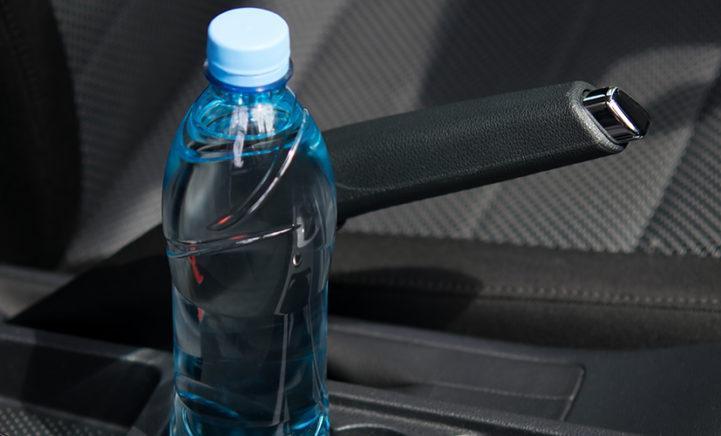 Om deze enge reden moet je geen flesje water in je auto laten liggen