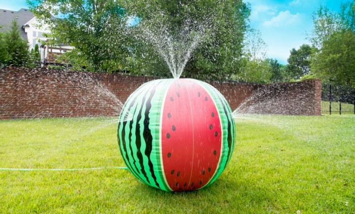 Deze GIGANTISCHE meloen tuinsproeier houdt je hoofd koel met deze hitte!