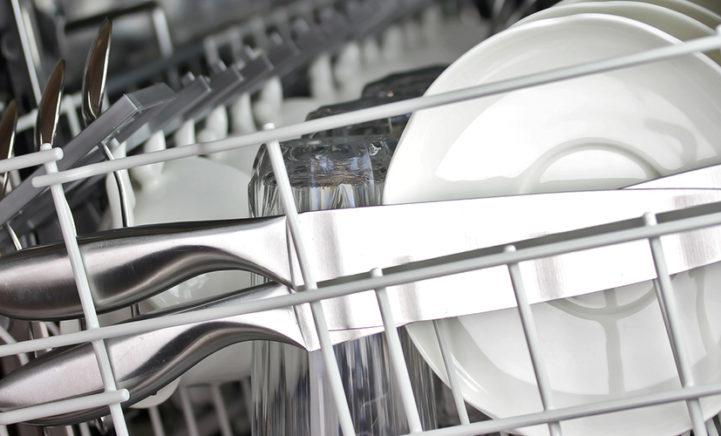 Hierom moet je afwas nooit afspoelen voordat je het in de vaatwasser doet