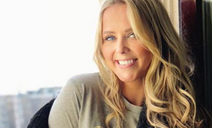 Monique Smit deelt prachtige foto van ontblote zwangere buik!