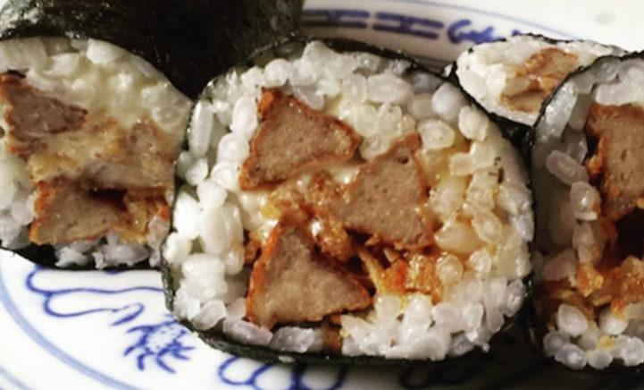 Frikandel én sushi-liefhebber? Probeer dan nu de Frikansushi!