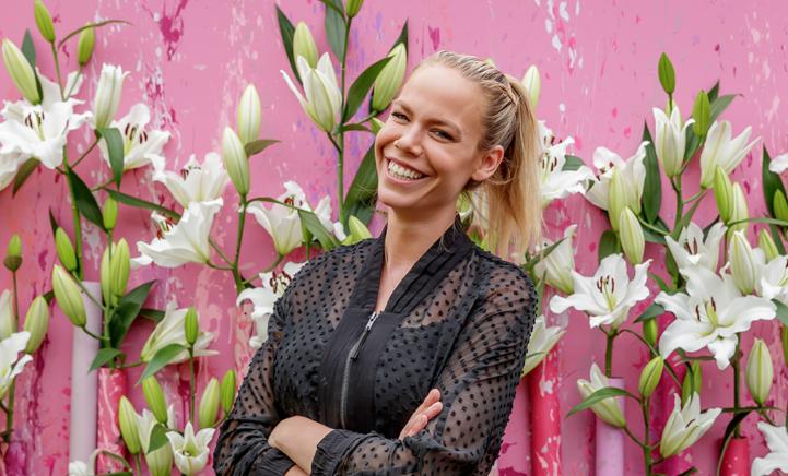 ZIEN: Nicolette Kluijver legt laatste hand aan de lelieshow in Keukenhof