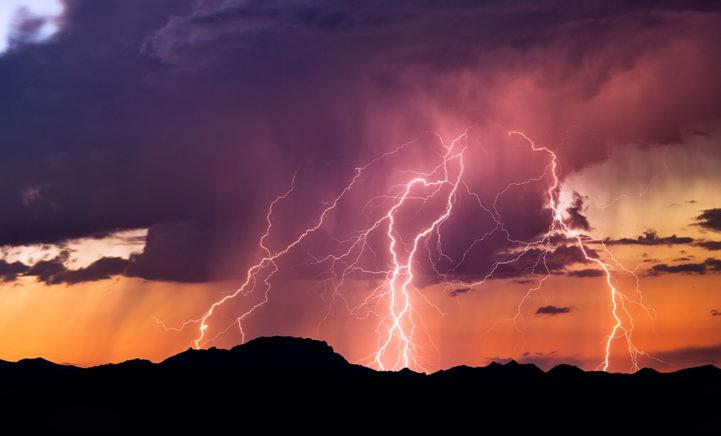 OPGEPAST! 8 tips die je NIET moet doen tijdens onweer!