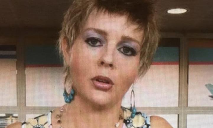 HILARISCH! Chantal Janzen gaat voor kort kapsel en bloemetjesjurk