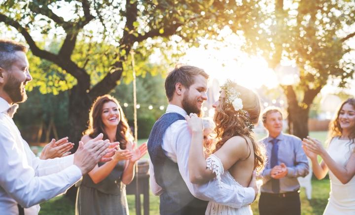 Déze bekende Nederlanders zijn trouwambtenaar en kunnen jou nu trouwen!