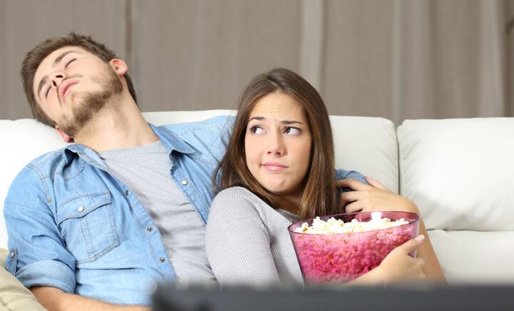 Val je vaak in slaap voor de tv? Dít zegt het over je gezondheid!