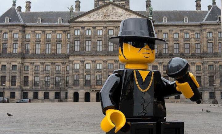 ZIEN: Enorm Lego-standbeeld van André Hazes op de Dam!