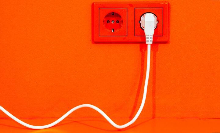 Eindelijk duidelijkheid: Wat gebeurt er als we stekkers in het stopcontact laat zitten?