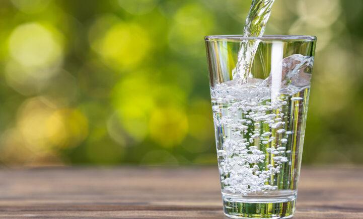 Dít is de reden waarom je na het opstaan een glas water moet drinken