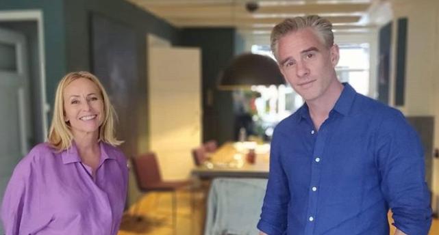 HILARISCH: Art Rooijakkers geeft Angela Groothuizen een wietplant cadeau