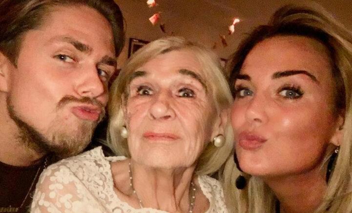 Monique brengt emotionele ode aan overleden oma: 'Ik mis alles aan jou'