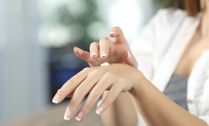 Droge handen door het vele handen wassen? Iedereen zweert massaal bij dit wondermiddel!