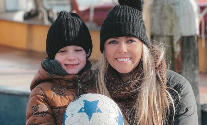 Monique Smit en zoontje Noah moedigen samen favoriete voetbalclub aan!