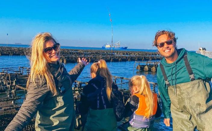Bas Smit en Nicolette van Dam genieten van 'leukste vakantie ever' met dochters