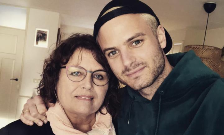 Jim Bakkum viert 62e verjaardag van zijn 'bescheiden en gevoelige moeder'